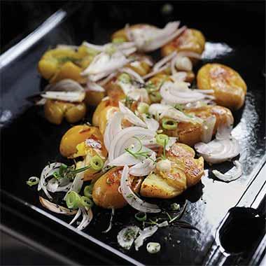 Pommes-de-terre-aux-deux-oignons-et-aux-herbes